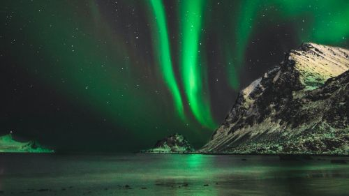 Aurora over the mountain HD Wallpaper