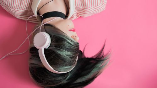Girl listening to music HD Wallpaper