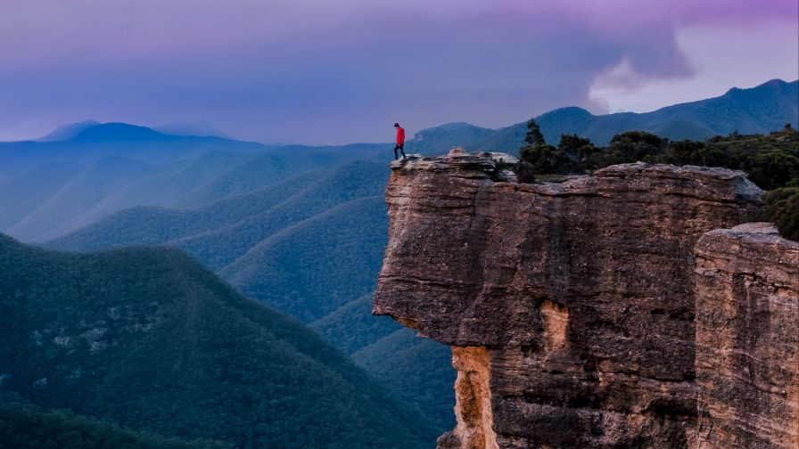 Man standing at the edge of Sydney cliff HD Wallpaper