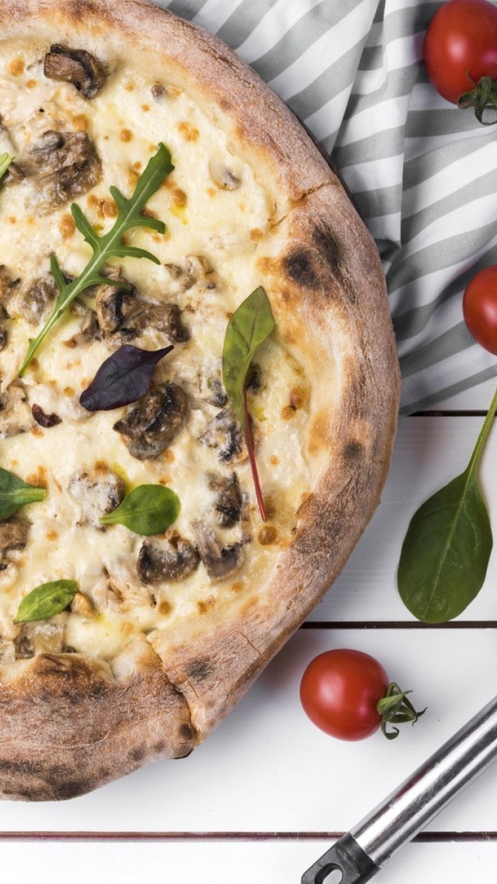 Mushroom pizza HD Wallpaper