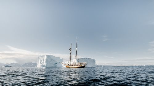 Ship passing through iceberg HD Wallpaper