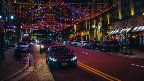 Street illumination on car hood HD Wallpaper