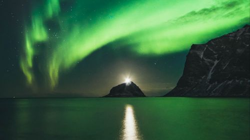 Green aurora over the mountains HD Wallpaper
