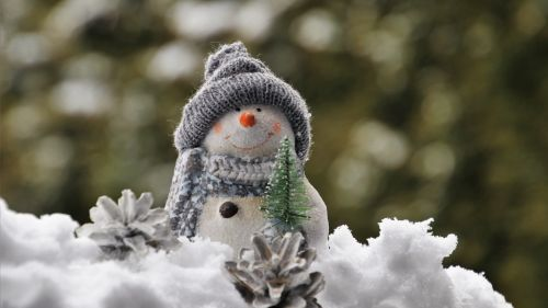 Snowman figurine on the snow HD Wallpaper